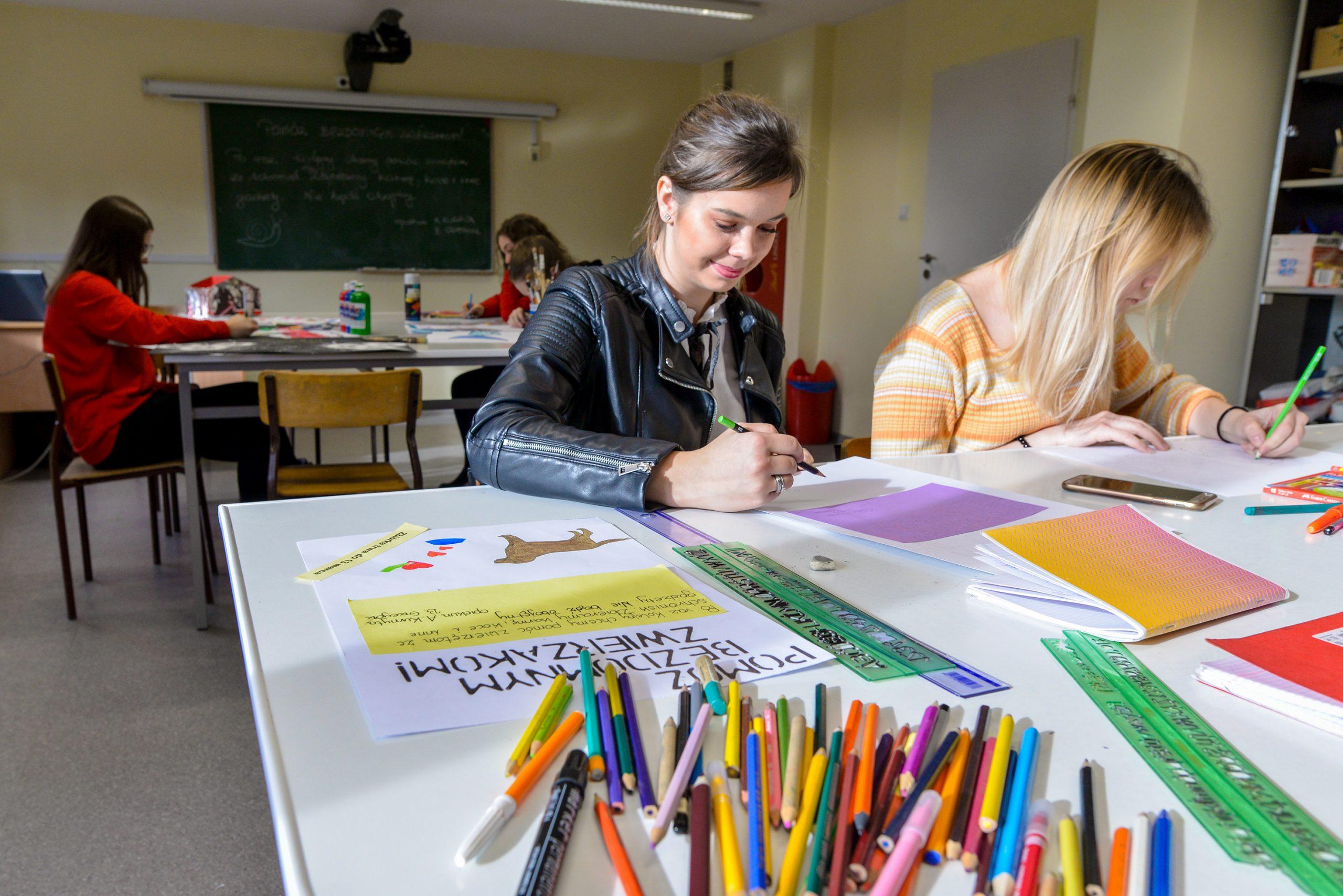 Uczniowie podczas twórczej pracy na zajęciach technicznych